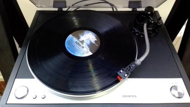Как виниловая пластинка издает звук?